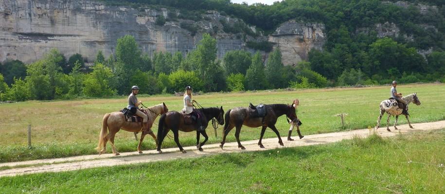 retour de randonnée à cheval à la ferme équestre de Fonluc